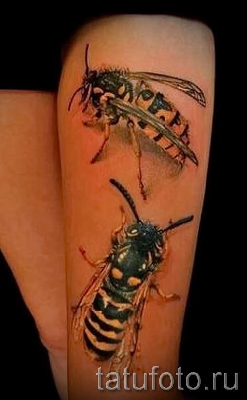 Тату насекомые - пчелы на ноге у девушки