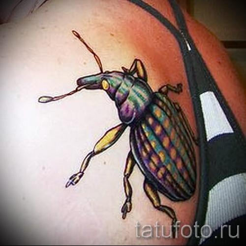 Тату насекомые - цветной жук на теле у девушки