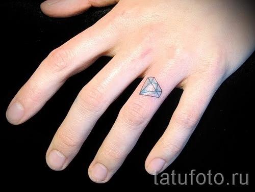 тату алмаз на пальце 3 фото