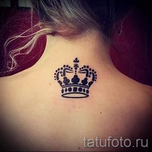 тату корона для девушек - крупная работа на шее сзади (между лопаток)