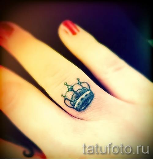 тату корона для девушек - маленький вариант на безымянном пальце