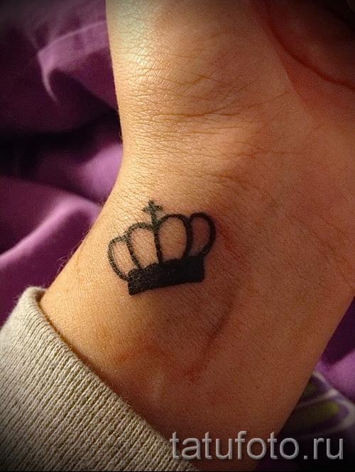 тату корона на запястье для девушки - маленькая