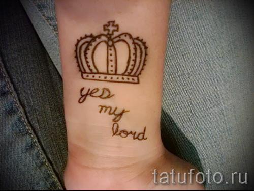 тату корона на запястье с надписью - будь моим королем