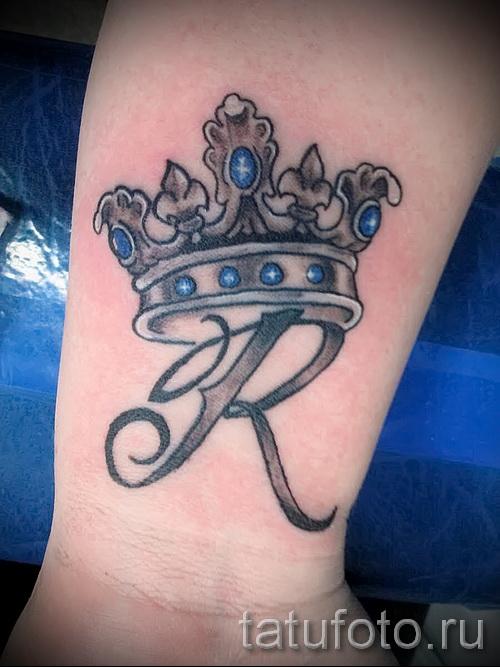 тату корона на запястье с украшениями из драгоценных камней и первой буквой имени