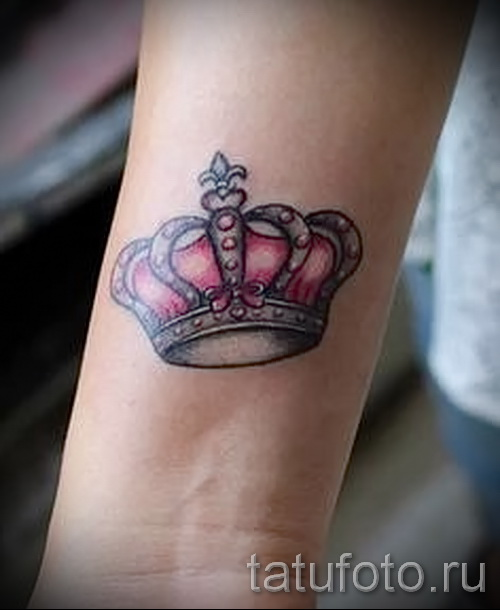 тату корона на запястье - цветной вариант