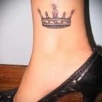 тату корона на ноге - внизу ноги на косточке