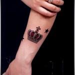 тату корона на руке для женщины со звездочками