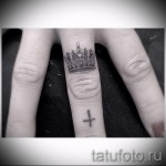 тату корона на руке и крест на пальце
