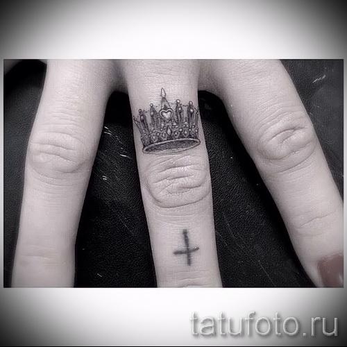 Фото тату корон на пальцах