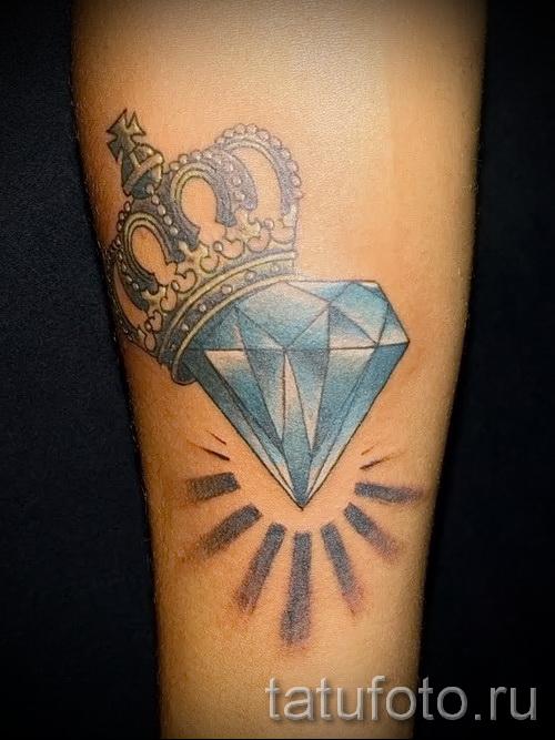 тату корона на руке со сверкающим бриллиантом