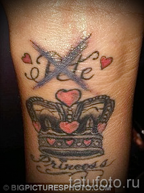 тату корона на руке с инициалами и сердечками