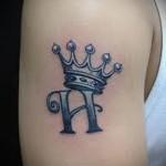 тату корона на руке с инициалом