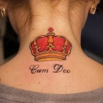 тату корона на спине - цветная для девушки