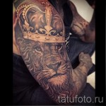 тату лев с короной - большая и классная работа рукавом на всю руку для мужчины