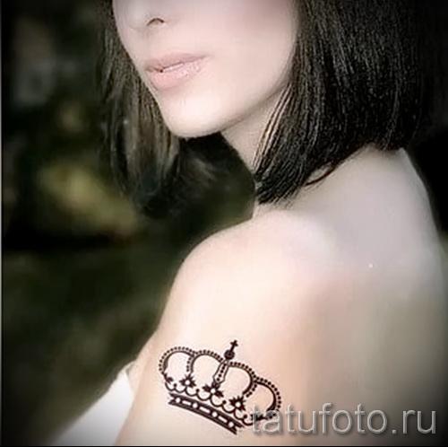 тату хной корона на плече девушки