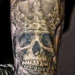 тату череп с короной - реалестичный вариант на изгибе руки