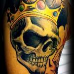 тату череп с короной - цветная на плече
