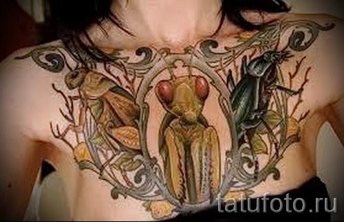 Тату насекомые - богомол на груди у девушки