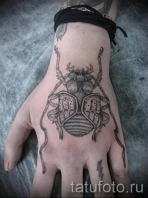 Тату насекомые - большой жук на женской руке