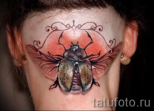 Тату насекомые на забритом затылке у девушки