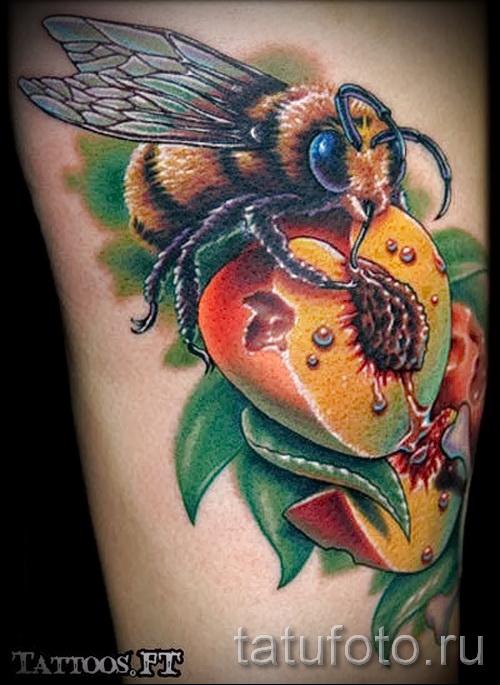 Тату насекомые - пчелка пьет нектар с цветка