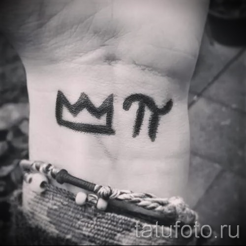 тату корона на запястье и символ ПИ