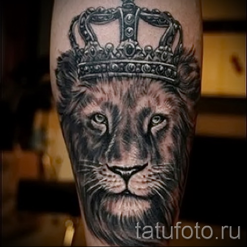 тату лев с короной - классика