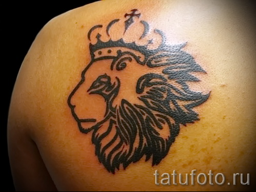 тату лев с короной - контурами на лопатке