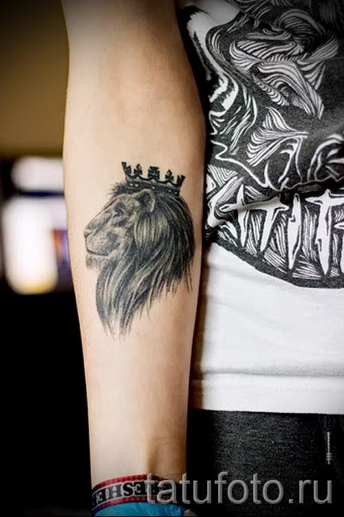 тату лев с короной - на руке у девушки