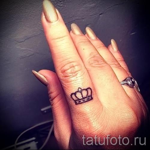 тату хной корона на указательном пальце - женская