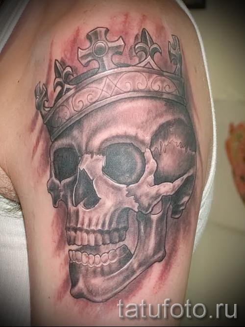тату череп с короной - на плече парня