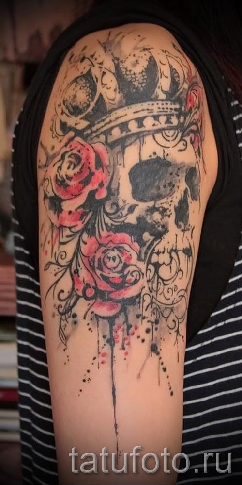 тату череп с короной с розами на плече