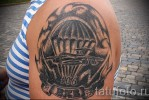 Армейская татуировка – грузовой самолет и парашутисты