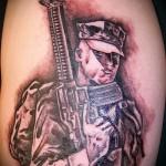 Армейская татуировка - человек в форме с автоматом