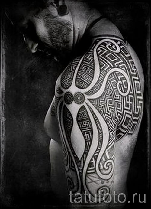 Древняя татуировка - вариант на плече для мужчины