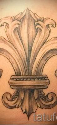Королевская лилия тату фото – пример на лопатке