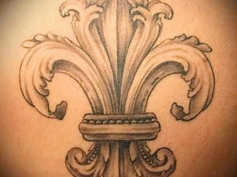 Королевская лилия тату фото - пример на лопатке