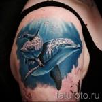 Тату дельфин в океанских глубинах - реалистичная работа