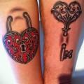Тату замок и ключ фото пример - парная тату на руку для пары людей которые любят друг друга