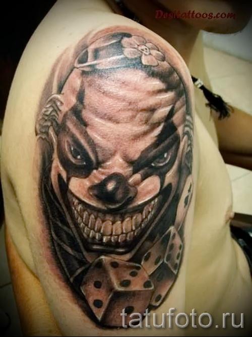 Тату игральные кости и лицо клоуна на плече