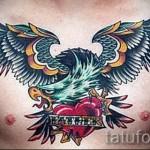 Тату орел и сердце с надписью - работа на груди мужчины