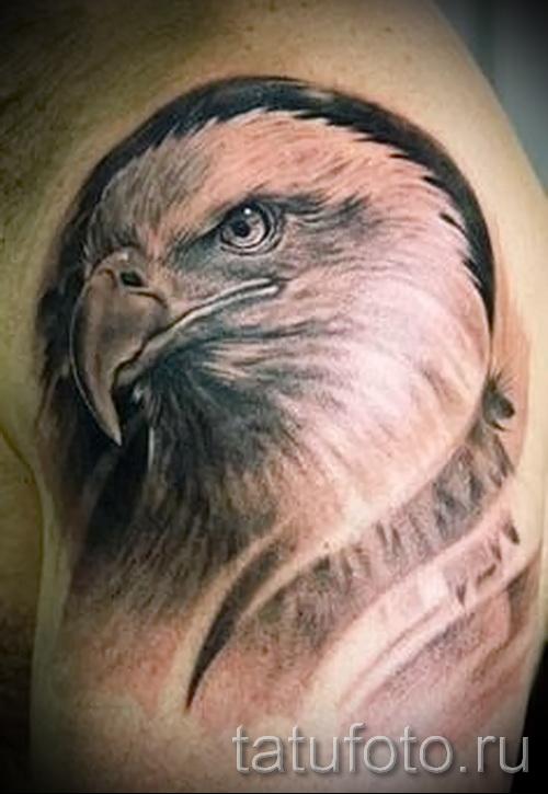 Тату орел и шрамы - вариант на плече у мужчины