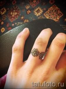Тату ромашка на пальце как обручальное кольцо