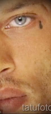 Тату слеза под глазом – пример на фото –  33