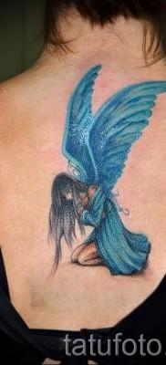 Тату фея с голубыми крыльями – работа по центру спины