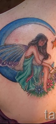 Тату фея – цветная работа с луной на лопатке девушки