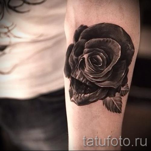 Тату черная роза и череп