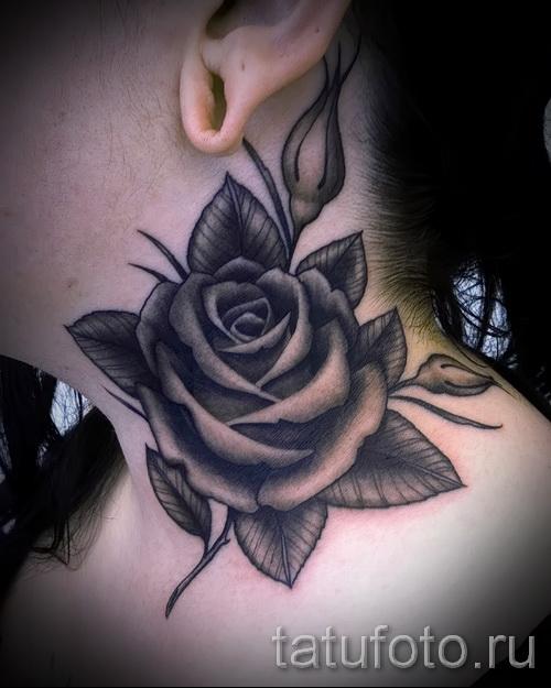 Тату черная роза на женской шее