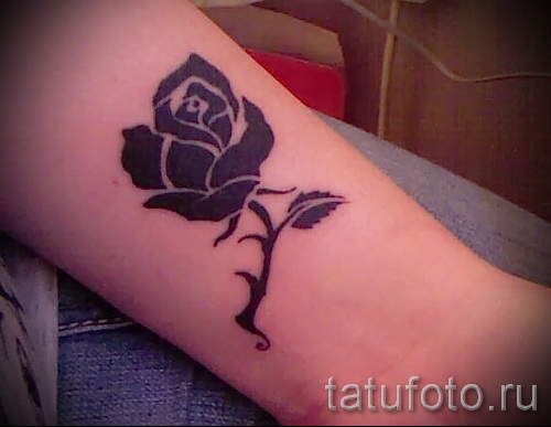 Тату черная роза на запястье у девушки