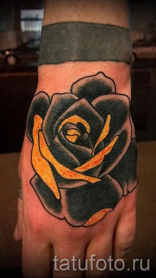 Тату черная роза на кулаке